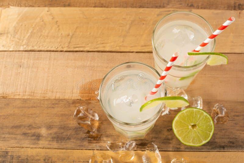 Vlak leg De zomer koele drank, limonade met kalk en ijs, twee glazen met ruimte, de zomerstemming, verfrissende drank, versheid stock afbeeldingen