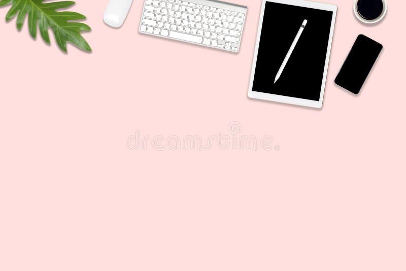 Vlak leg foto van bureaulijst met digitale tablet, mobiele telefoon en toebehoren op moderne roze toonachtergrond Desktopbureau m stock illustratie