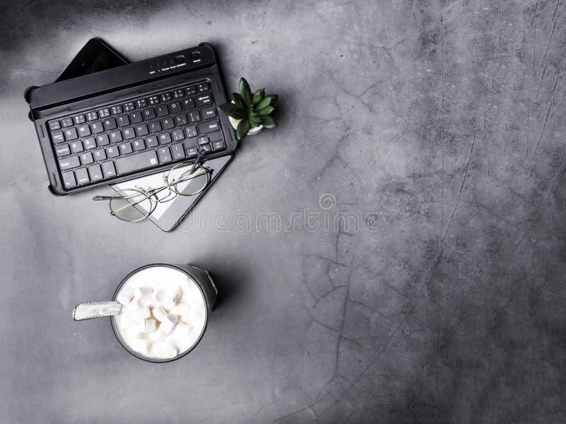 Vlak leg, hoogste de lijstbureau van het meningsbureau Werkruimte, toetsenbord, glazen, groene cactus, en koffiekop op grijze ach royalty-vrije stock fotografie