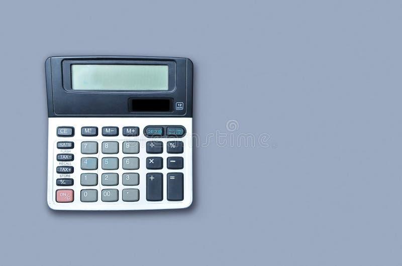 Vlak leg of hoogste mening van calculator op viollet achtergronddocument met lege exemplaarruimte, wiskunde, kosten, belasting of stock afbeeldingen