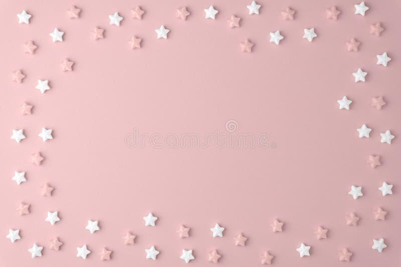 Vlak leg hoogste menings smakelijk smakelijk concept, minimaal Zoet de heemst Kleurrijk patroon van het stersuikergoed op roze pa royalty-vrije stock fotografie