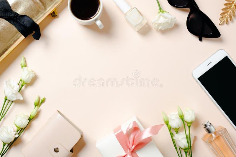 Vlak leg, hoogste menings vrouwelijk bureau met maniermateriaal op roze achtergrond Het bureau van het schoonheids blogger huis,  stock fotografie