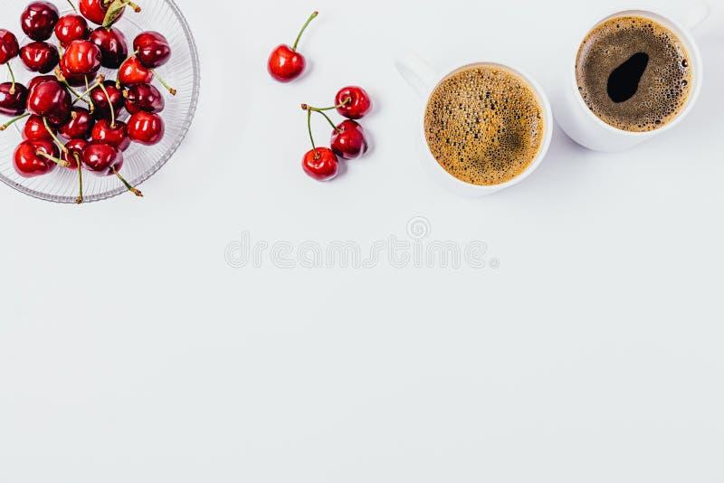 Vlak leg kader van koffie en bessen gezonde snack royalty-vrije stock foto
