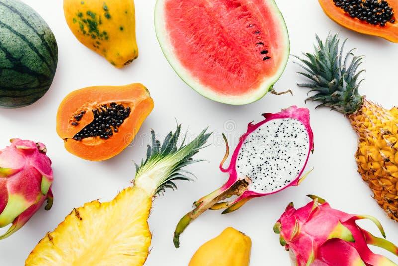 Vlak leg kleurrijk tropisch fruit op een witte achtergrond stock afbeeldingen