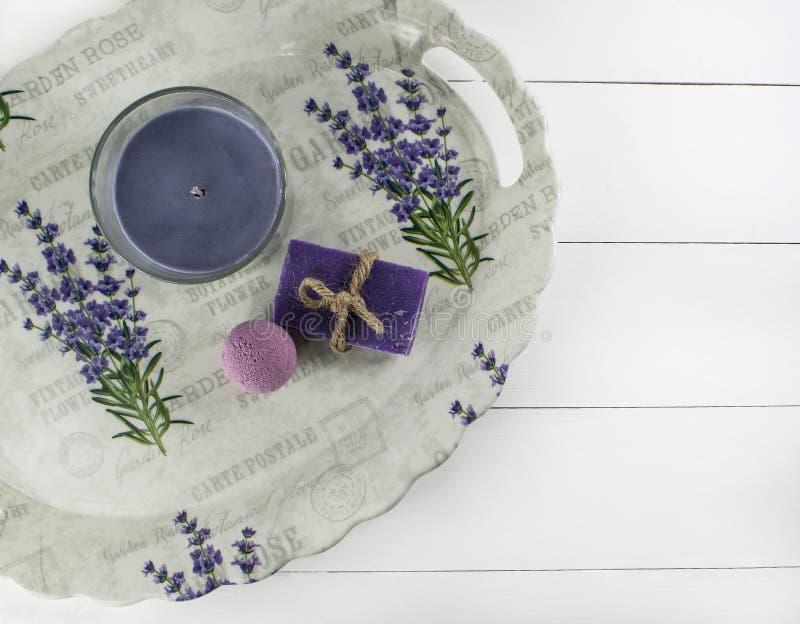Vlak leg kuuroordbad op witte houten achtergrond, hoogste meningscosmetischee producten Bom, zeep en kaarslavendel royalty-vrije stock afbeeldingen