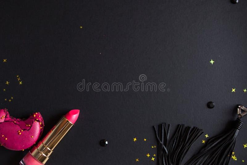 Vlak leg malplaatje, in betoverende elegante stijl, zwarte achtergrond, scharlaken lippenstift en gouden lovertjes stock foto's