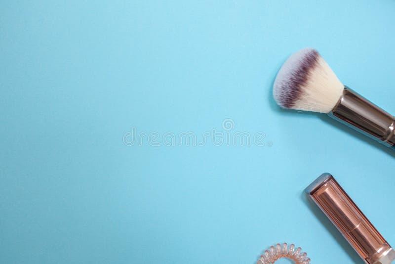 Vlak leg malplaatje in een moderne bedrijfsstijl op een blauwe achtergrond stock afbeeldingen