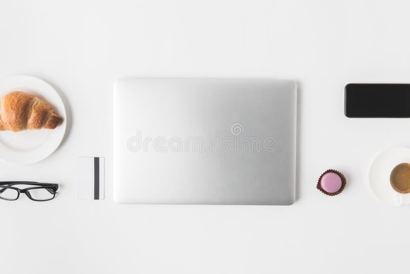 Vlak leg met digitaal apparaten, oogglazen en ontbijt stock afbeeldingen