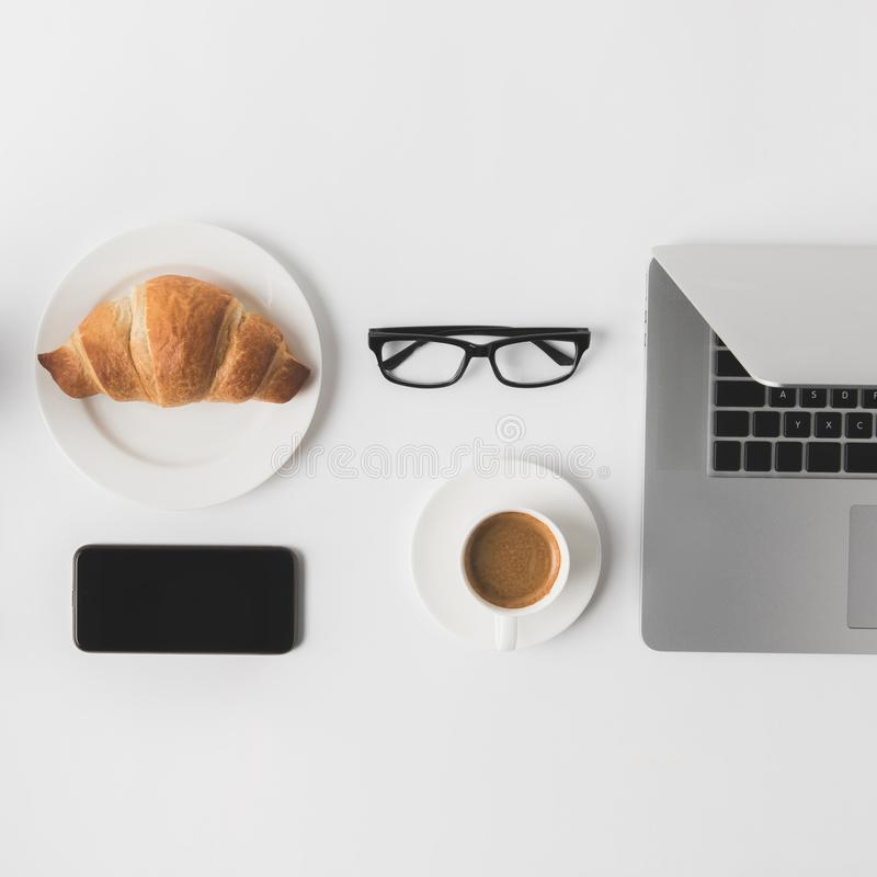 Vlak leg met digitaal apparaten, oogglazen en ontbijt royalty-vrije stock fotografie