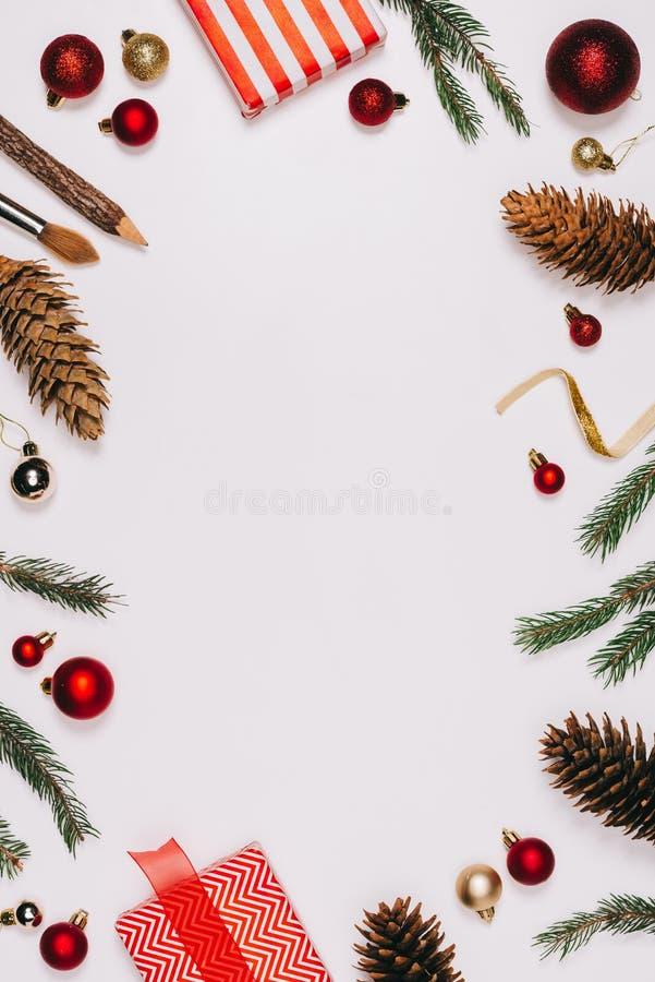 vlak leg met geschikte denneappels, verpakt giften en Kerstmisspeelgoed stock afbeelding