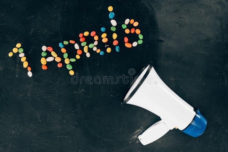 vlak leg met luidspreker en suikergoed in 1 aprils het van letters voorzien wordt geschikt die stock foto's