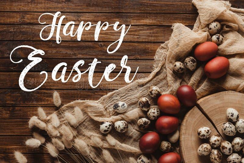 vlak leg met paaseieren en oren op dwarsdoorsnede van boomboomstam en gaas op houten achtergrond met Gelukkig vector illustratie