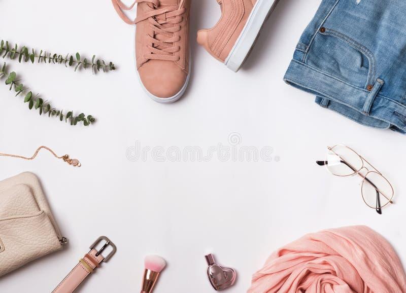 Vlak leg met roze tennisschoenen, sjaal en andere toebehoren stock foto