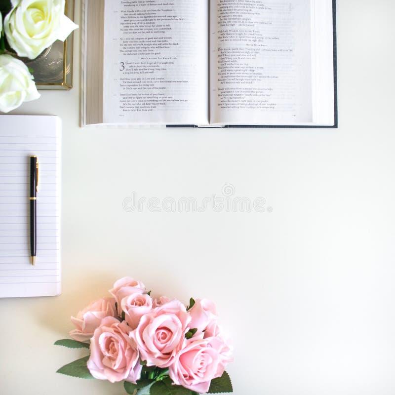 vlak leg met verschillende toebehoren; bloei boeket, roze rozen, open boek, Bijbel royalty-vrije stock foto