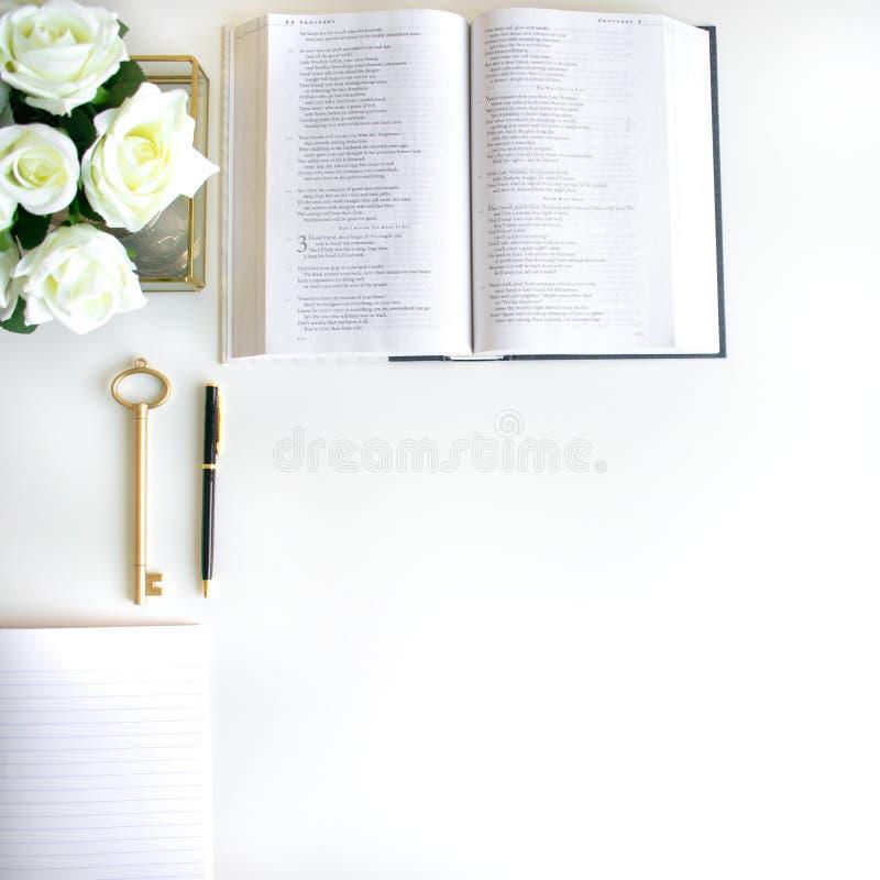 vlak leg met verschillende toebehoren; bloei boeket, roze rozen, open boek, Bijbel stock fotografie