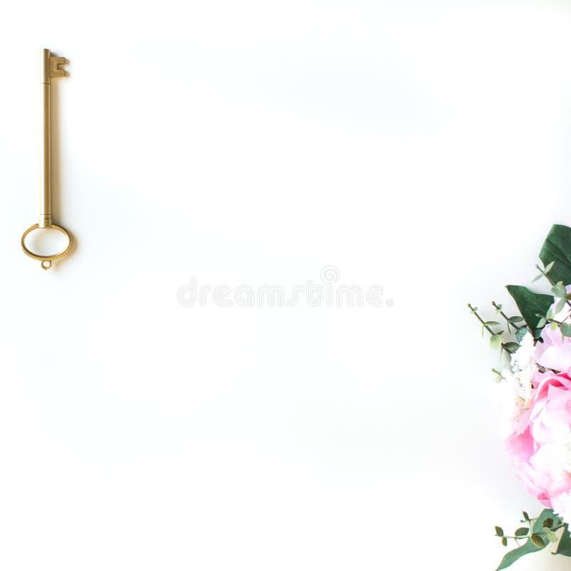 vlak leg met verschillende toebehoren; bloei boeket, roze rozen, open boek, Bijbel royalty-vrije stock foto's