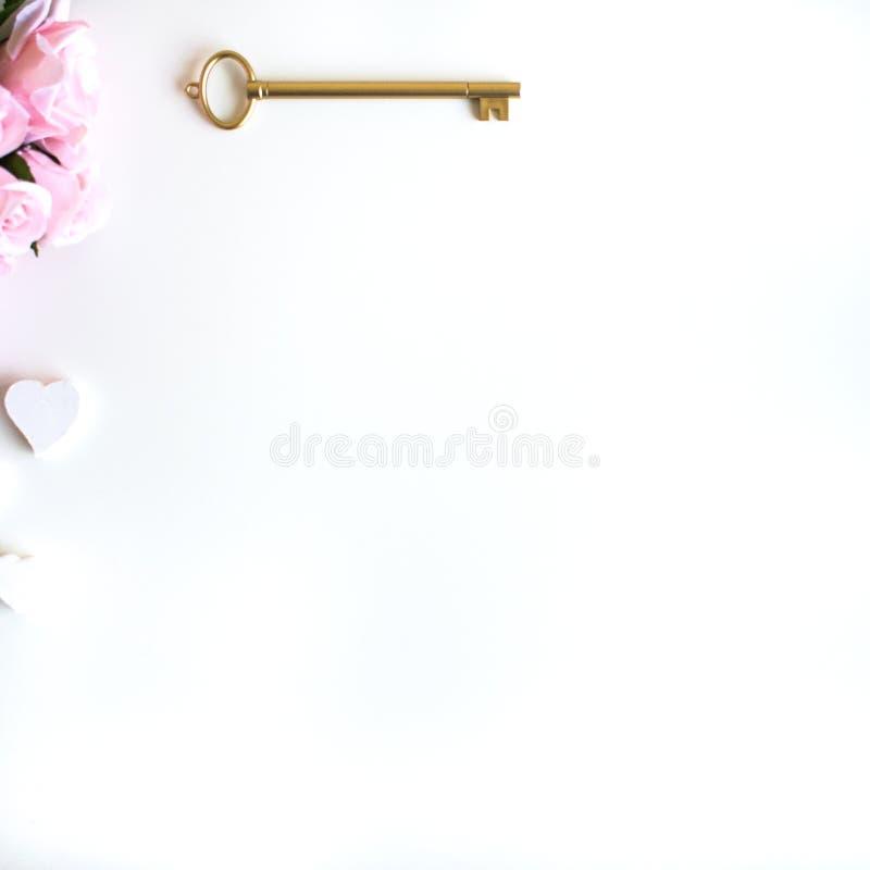 vlak leg met verschillende toebehoren; bloei boeket, roze rozen, open boek, Bijbel royalty-vrije stock afbeelding