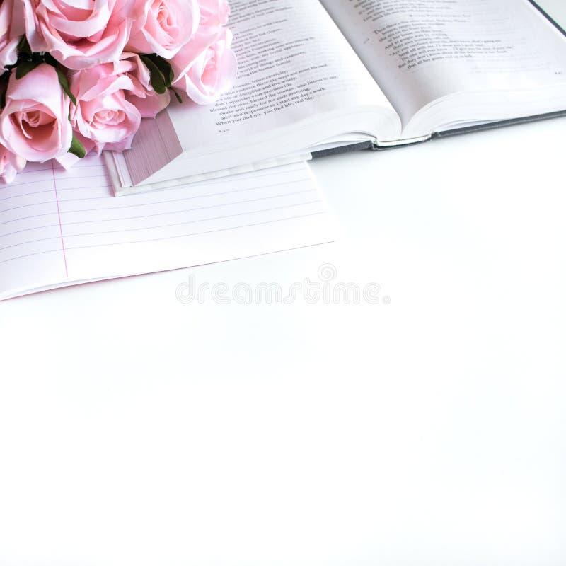 vlak leg met verschillende toebehoren; bloei boeket, roze rozen, open boek, Bijbel stock afbeelding