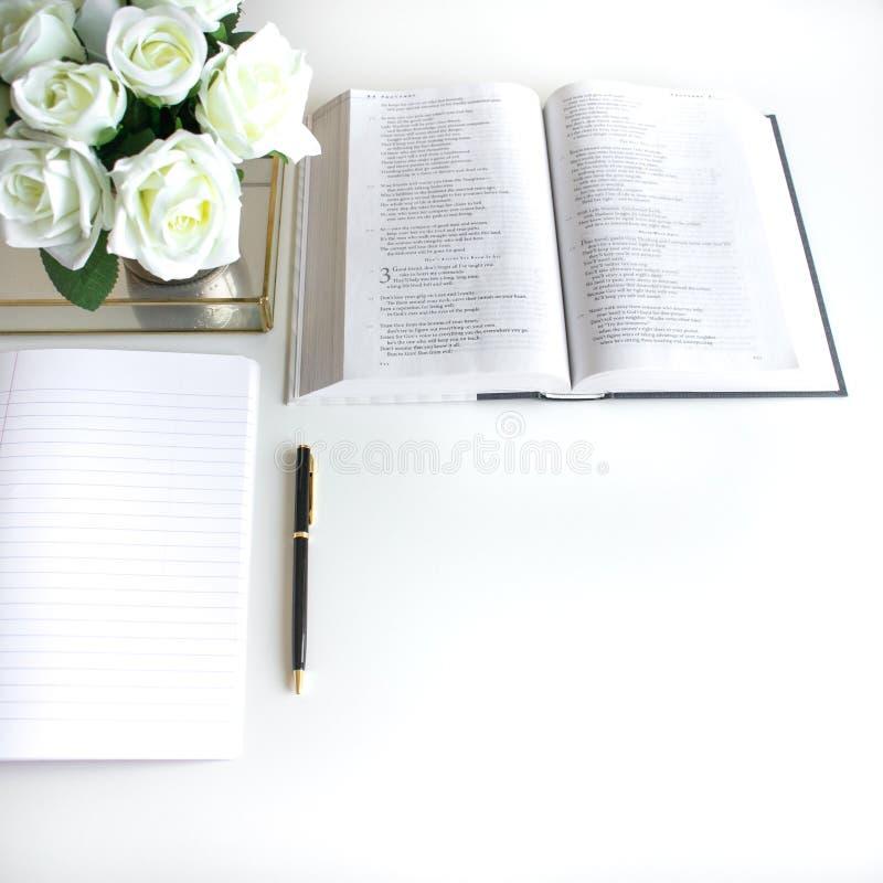vlak leg met verschillende toebehoren; bloei boeket, roze rozen, open boek, Bijbel stock foto's
