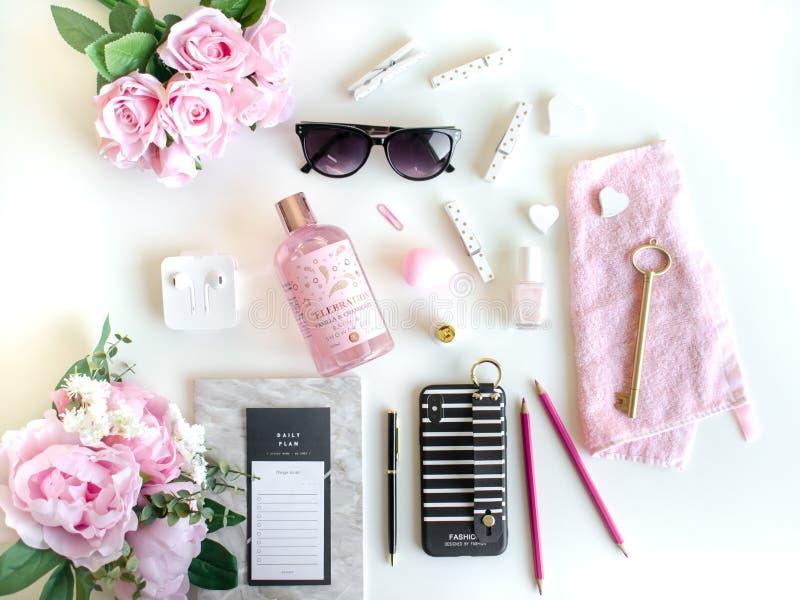 Vlak leg met verschillende toebehoren Het roze, nam, zwart wit toe, stock foto's