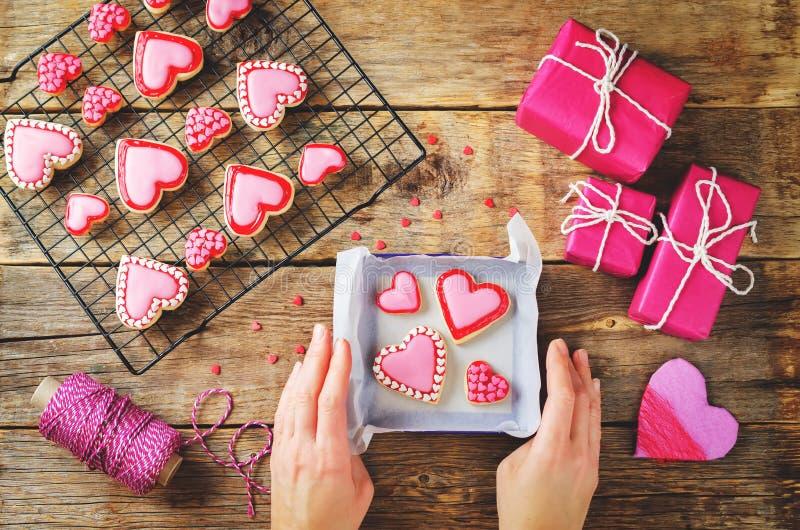 Vlak leg met vrouwen` s handen, giften en de koekjes van de hartvorm royalty-vrije stock afbeelding
