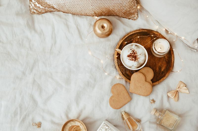 Vlak leg Ochtend Vrouwelijke samenstelling Instagramstijl met kop van koffie royalty-vrije stock afbeelding