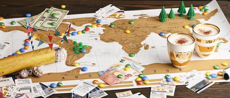 Vlak leg ontwerp van reisconcept Reizigersvoorwerpen op de achtergrond van de wereldkaart royalty-vrije stock afbeeldingen