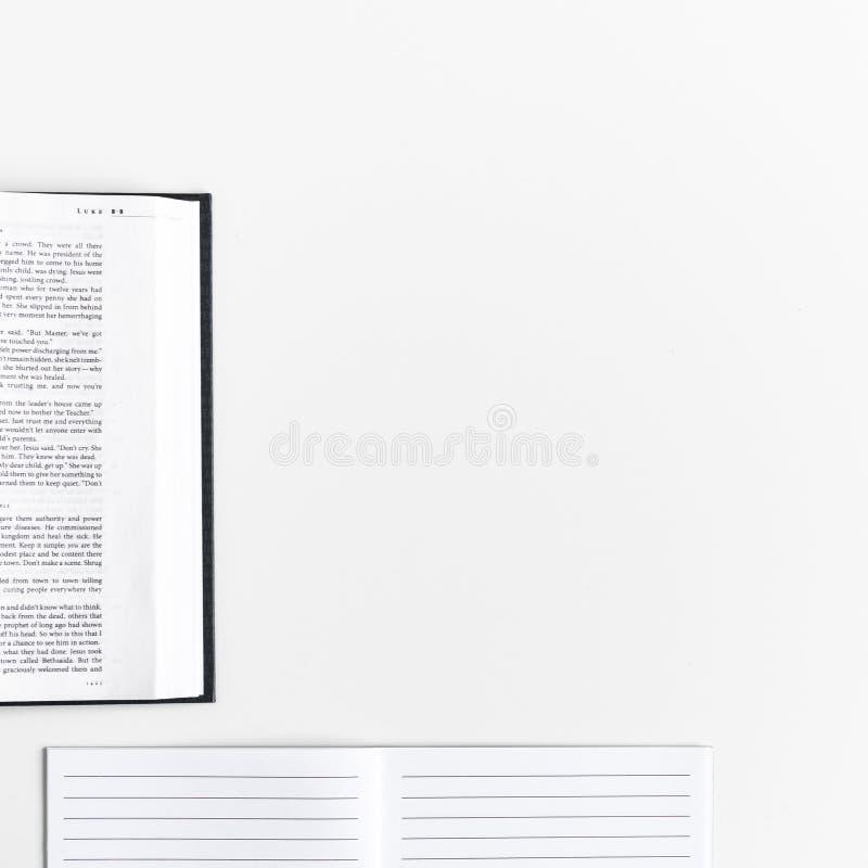 Vlak leg: open Bijbel, boek, dagboek op witte achtergrond en roze, purper, violette, rode Gerbera-bloem met bloemblaadjes royalty-vrije stock afbeelding