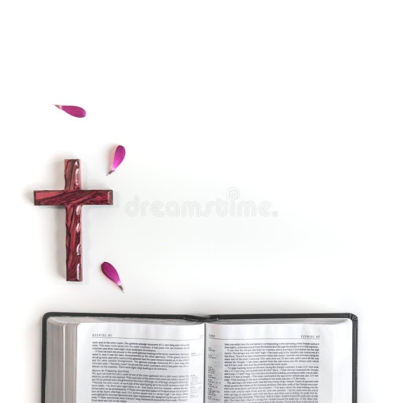 Vlak leg: open Bijbel, houten kruis, boek en roze, purper, violette, rode Gerbera-bloem met bloemblaadjes royalty-vrije stock fotografie