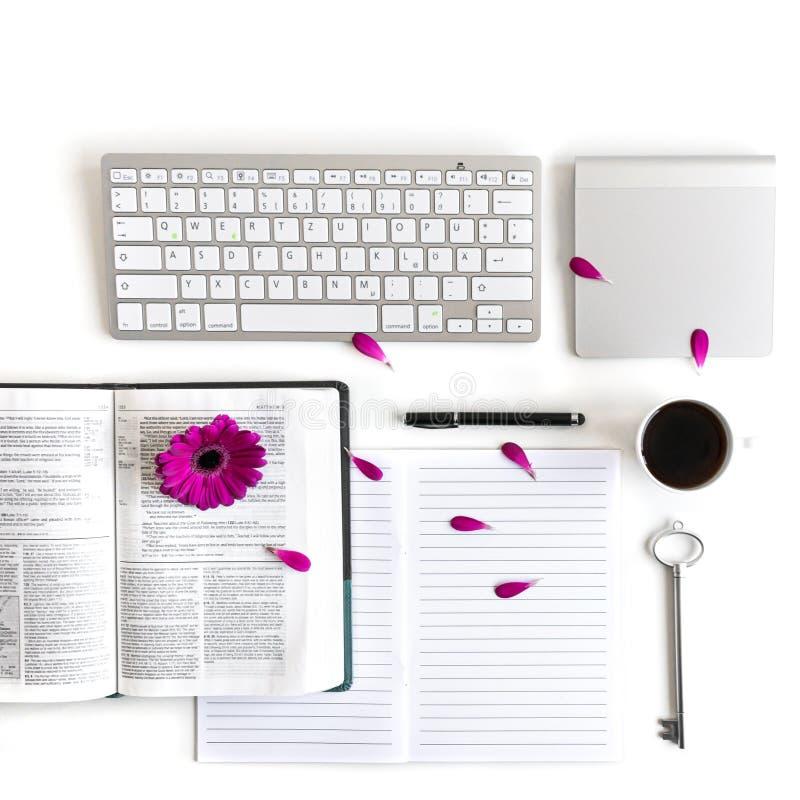 Vlak leg: open notitieboekje, toetsenbord, koffie, zwarte pen en roze, purper, violette, rode Gerbera-bloem met bloemblaadjes stock afbeeldingen