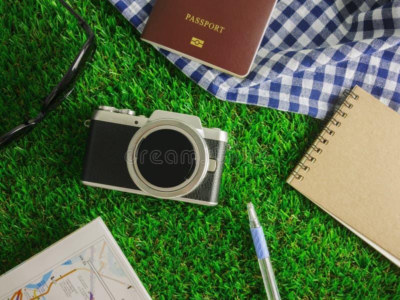 Vlak leg reizende toebehoren op groene grassenachtergrond met exemplaarruimte stock foto
