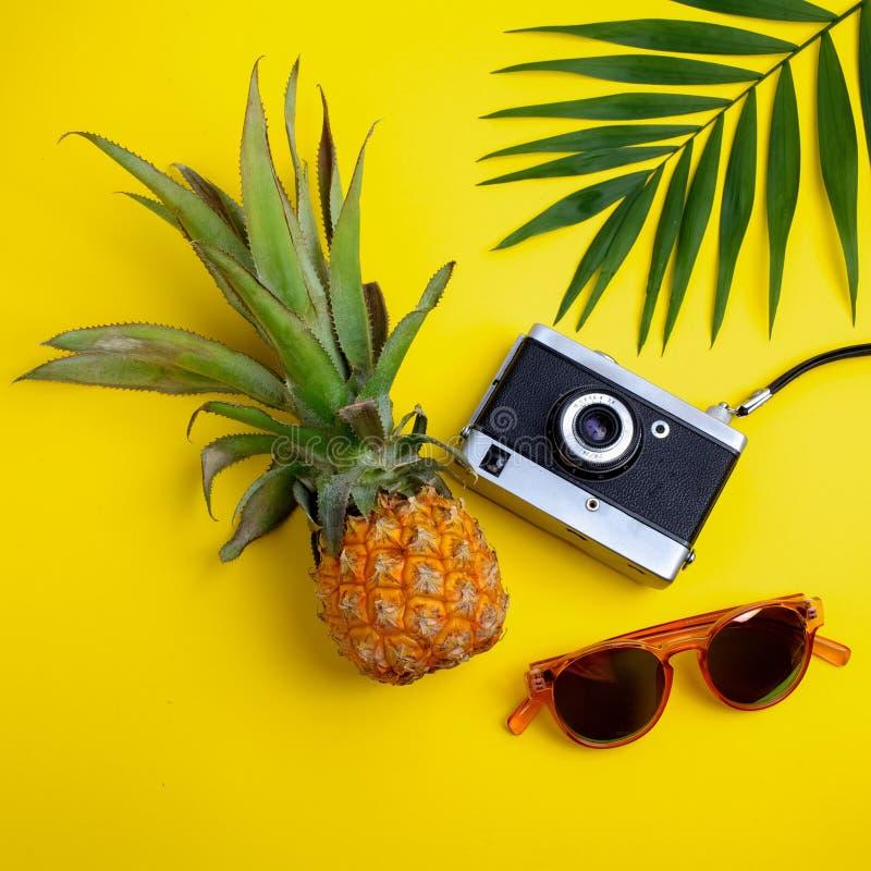 Vlak leg reizigerstoebehoren op gele achtergrond Hoogste meningsreis of vakantieconcept stock afbeelding