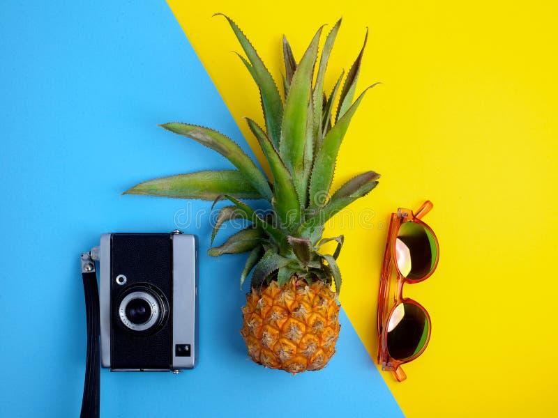 Vlak leg reizigerstoebehoren op gele en blauwe achtergrond Hoogste meningsreis of vakantieconcept royalty-vrije stock fotografie