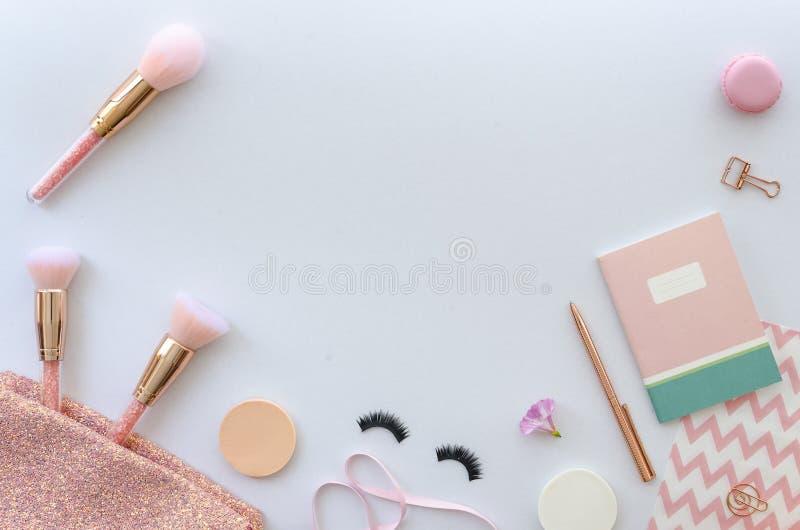 Vlak leg roze samenstelling met schoonheidsmiddelen, make-uphulpmiddelen en toebehoren op witte achtergrond schoonheid, manier, p royalty-vrije stock afbeelding