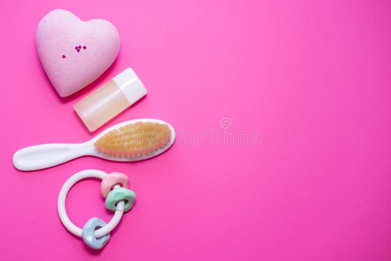 Vlak leg samenstelling met babytoebehoren en ruimte voor tekst op roze achtergrond Kuuroordconcept royalty-vrije stock foto