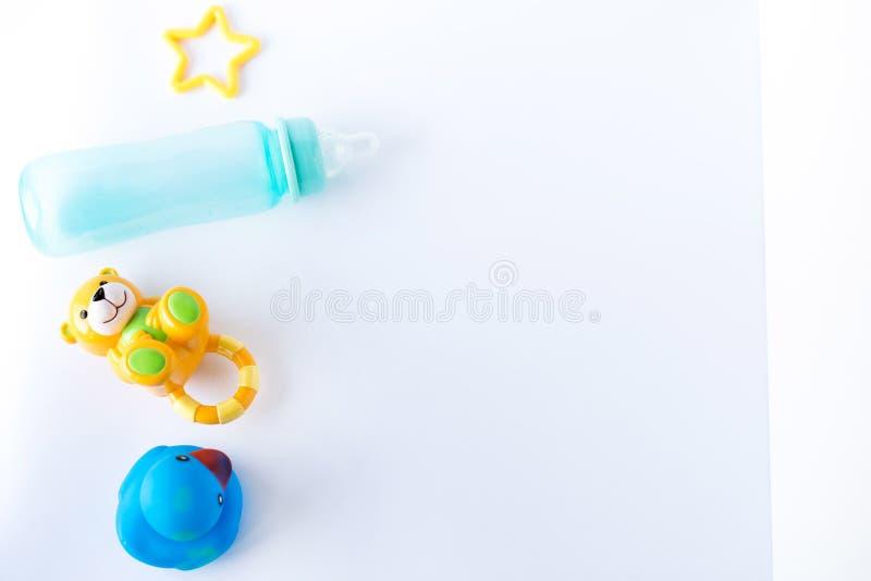 Vlak leg samenstelling met babytoebehoren en ruimte voor tekst op witte achtergrond stock foto