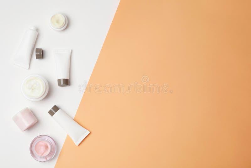 Vlak leg samenstelling met cosmetischee producten royalty-vrije stock afbeeldingen