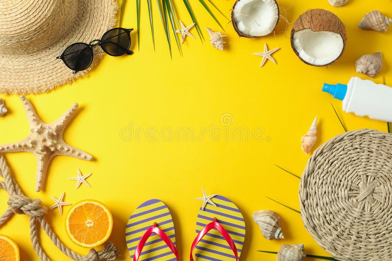 Vlak leg samenstelling met de toebehoren van de de zomervakantie op kleurenachtergrond, ruimte voor tekst en hoogste mening royalty-vrije stock afbeelding