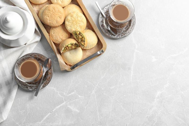 Vlak leg samenstelling met dienblad van koekjes voor Islamitische vakantie, koppen en ruimte voor tekst op lijst royalty-vrije stock foto
