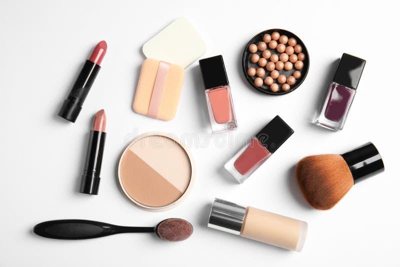 Vlak leg samenstelling met flessen van nagellak en verschillende schoonheidsmiddelen stock fotografie