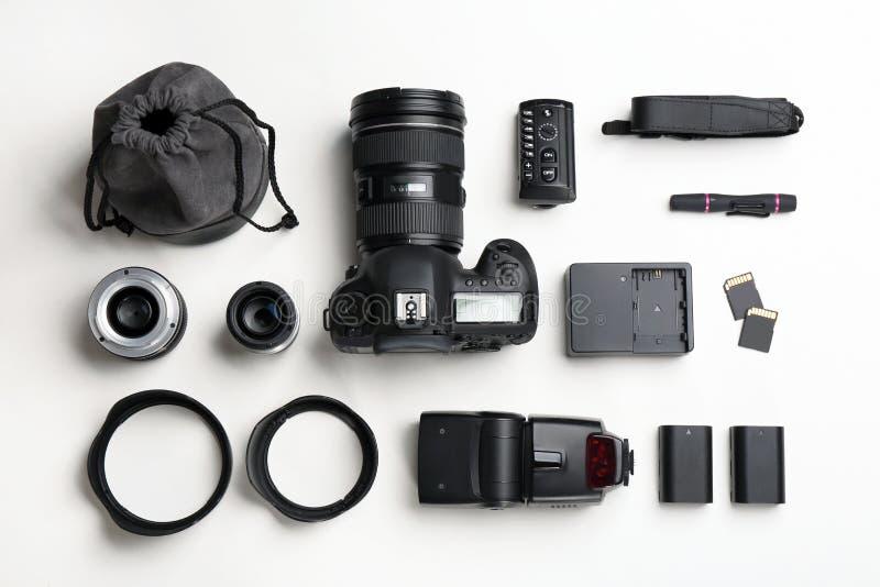 Vlak leg samenstelling met fotograaf` s materiaal en toebehoren royalty-vrije stock afbeeldingen