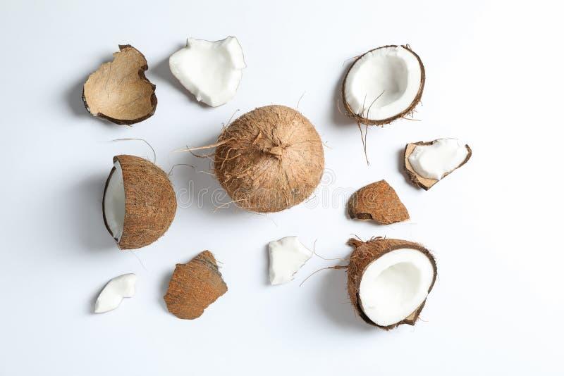 Vlak leg samenstelling met gespleten kokosnoot en zijn stukken royalty-vrije stock foto's