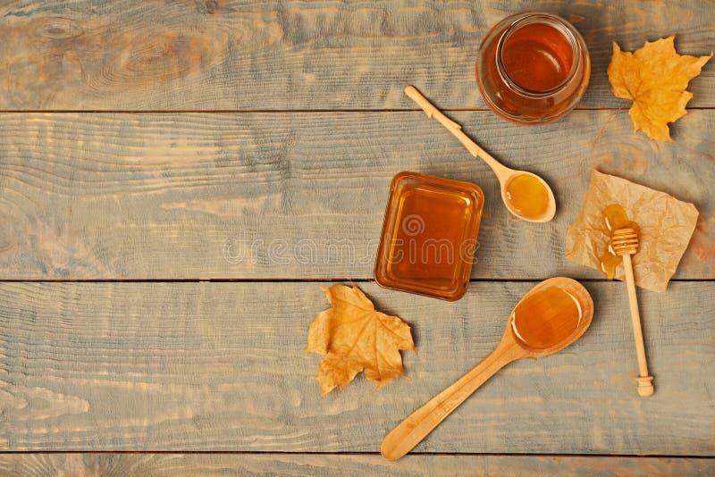 Vlak leg samenstelling met honing op houten achtergrond royalty-vrije stock afbeelding