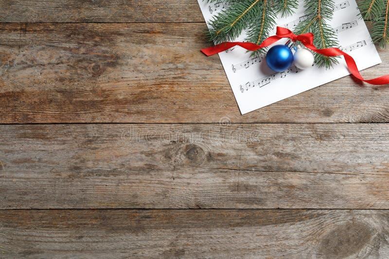 Vlak leg samenstelling met Kerstmisdecoratie en muziekblad stock afbeeldingen