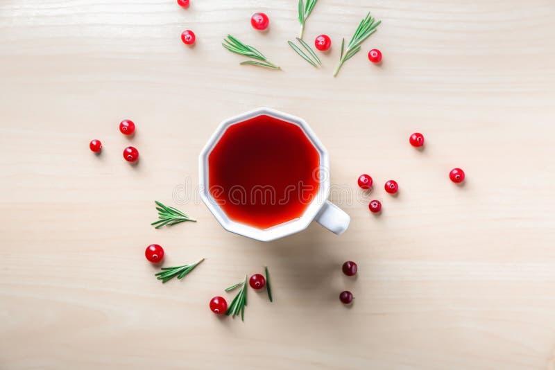 Vlak leg samenstelling met kop rode thee en Amerikaanse veenbessen op lichte achtergrond royalty-vrije stock foto's