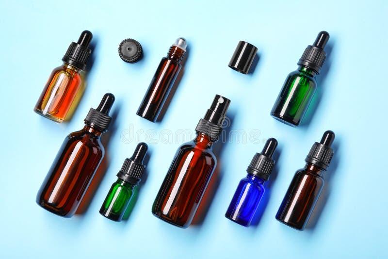 Vlak leg samenstelling met kosmetische flessen etherische oliën op kleur royalty-vrije stock foto