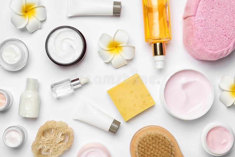 Vlak leg samenstelling met lichaamsverzorgingproducten op wit stock fotografie