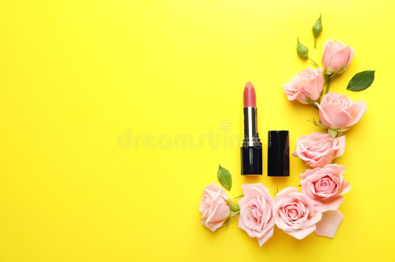 Vlak leg samenstelling met lippenstift, rozen en ruimte voor tekst royalty-vrije stock foto's
