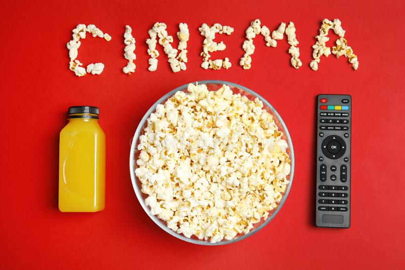 Vlak leg samenstelling met popcorn, verre TV stock foto