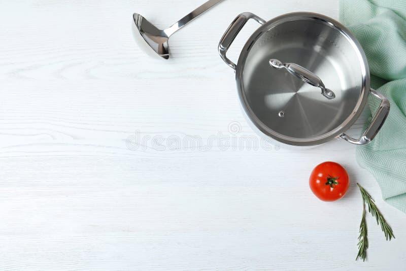 Vlak leg samenstelling met schone cookware en ruimte voor tekst op witte achtergrond royalty-vrije stock afbeeldingen